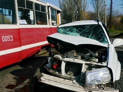 В Краматорске водитель на джипе врезался в трамвай