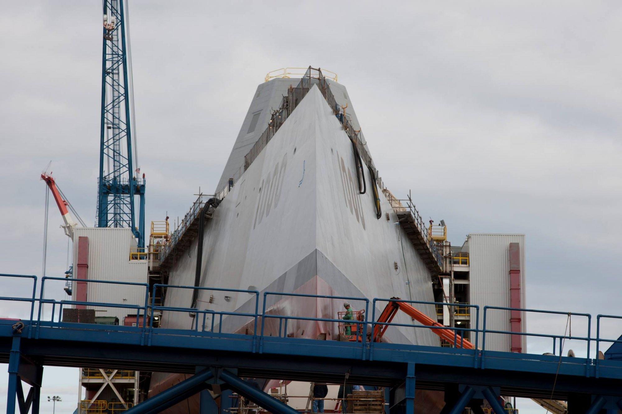 США спустили на воду сверхсекретный ракетный эсминец