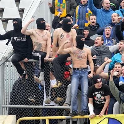Харьковские фанаты разрушили стадион в Полтаве (ВИДЕО)