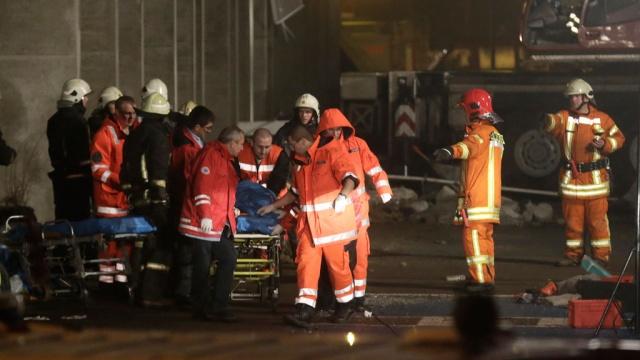 Количество потерпевших обрушения в Риге повысилось до 52-х человек