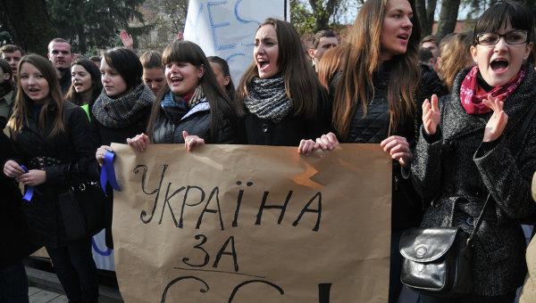 В украинских городах начались многотысячные акции