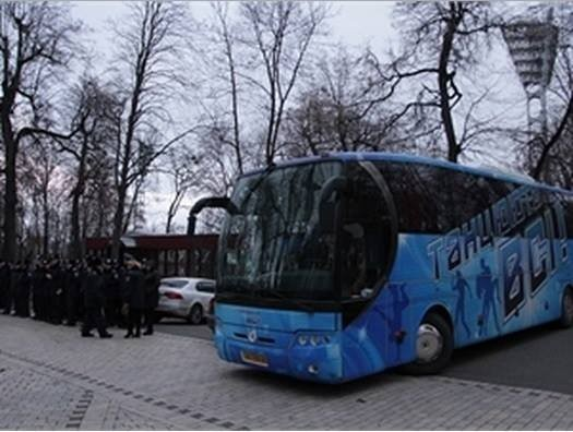 «Беркут» для защиты КМУ доставили на автобусе «Танцюють всі»