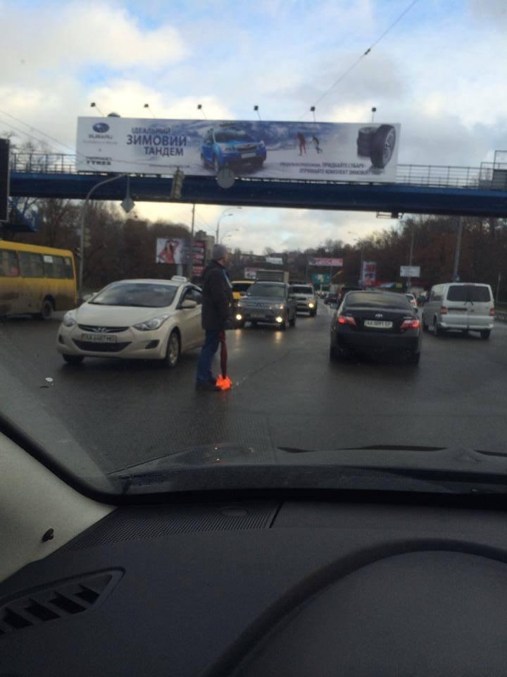 Персонаж дня! Киевлянин зонтиком выверял перекресток (ВИДЕО)