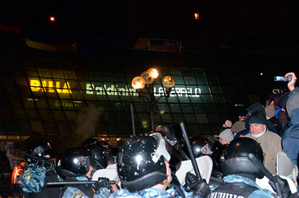 Майдан Независимости оцепили, чтобы менять плитку (ФОТО)