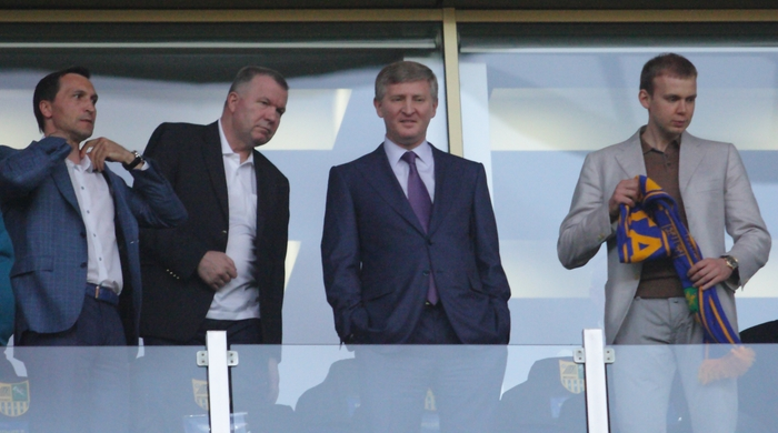 """Ахметов оставляет спорткомплекс в процессе игры """"Шахтера"""""""