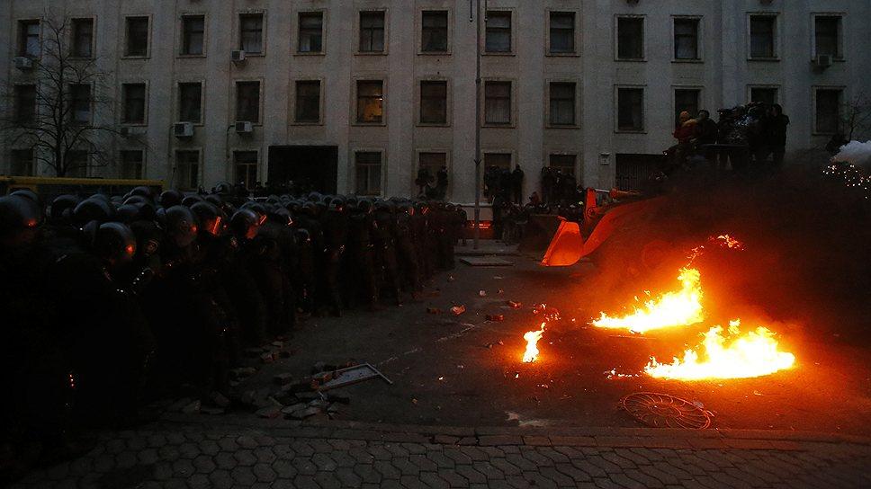 На Майдане строятся баррикады