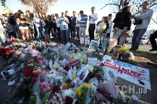 Место смерти Пола Уокера усеяли цветами и игрушками