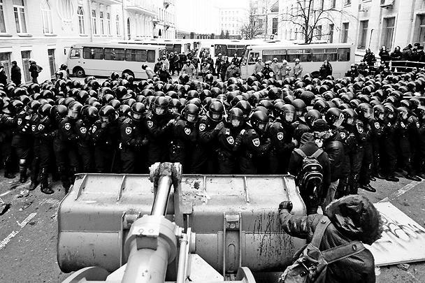 Янукович не унесся в КНР, а остался в Киеве