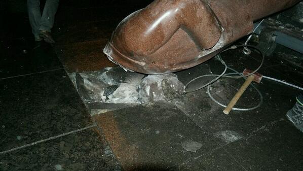 Как в Киеве разрушали и печалили монумент Ленину (ФОТО, ВИДЕО)