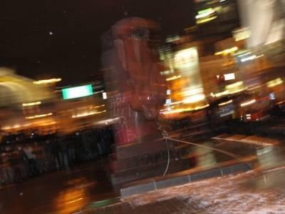 Как в Киеве сносили и крушили памятник Ленину (ФОТО, ВИДЕО)