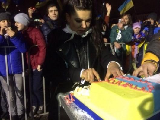 Р. пришла на Евромайдан с тортиком (ФОТО)