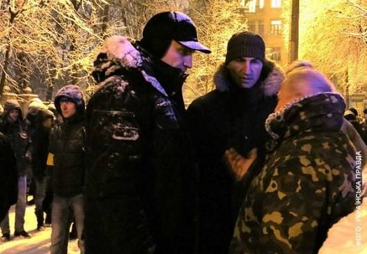 Братья Кличко задерживают заключительную баррикаду в Киеве (ФОТО)