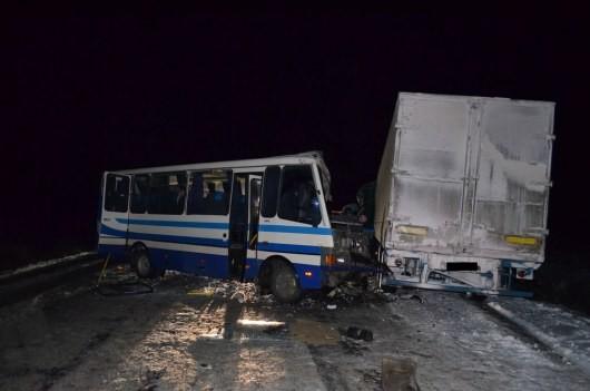 На Харьковщине грузовой автомобиль налетел в маршрутку (ФОТО)