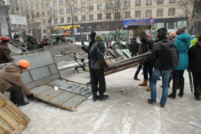 На Майдане строят свежие баррикады