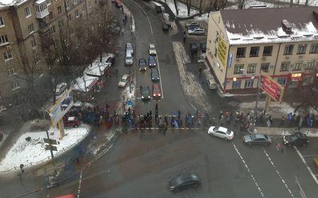 Тысячи людей с флагами Партии районов идут в сторону ВР