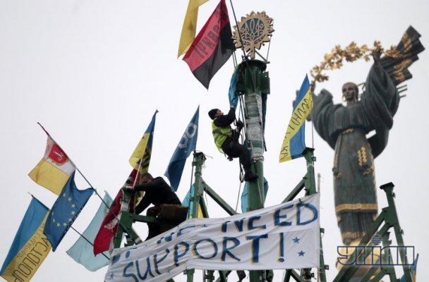 Вершину елки на Майдане украсили российским знаком (ФОТО)