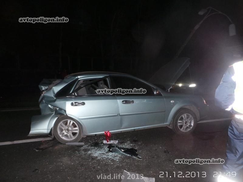 В Киеве водитель BMW врезался в Chevrolet и снес столб. ФОТО