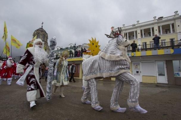 700 Дедов Морозов устроили в Ялте парад