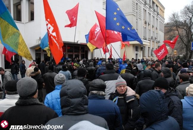 Функционеры у помещения МВД требуют отставки Захарченко