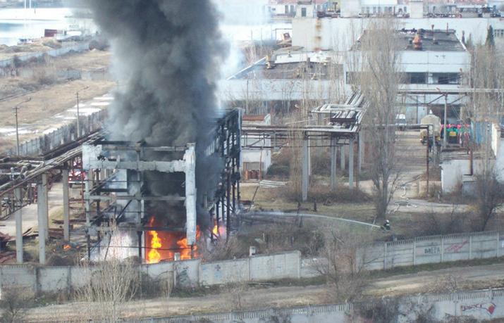 200 спасателей боролись с пожаром в Крыму (ВИДЕО)