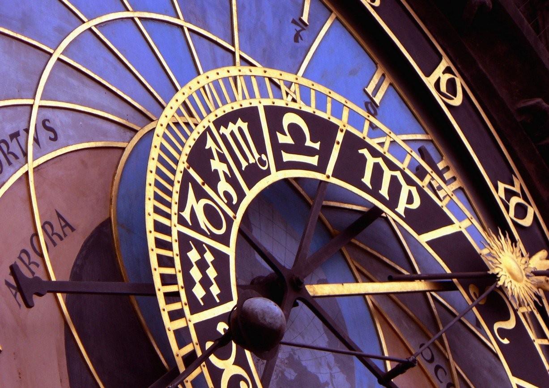 Какой символ Зодиака занимает первое место среди должников банка?
