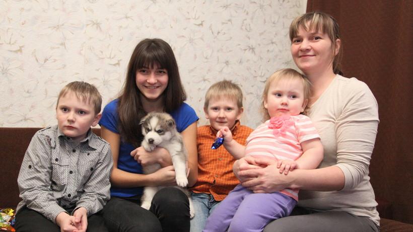 Путин подарил многодетной семье щенка хаски