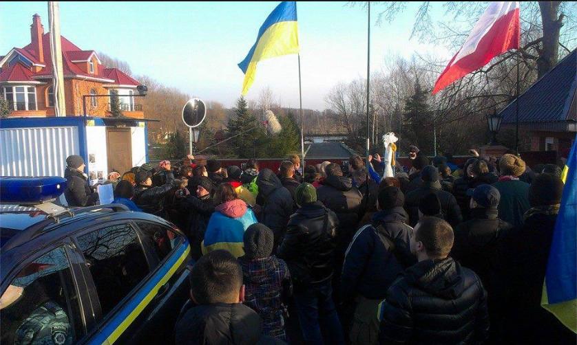 Автомайдановцы разукрасили забор дома Пшонки (ФОТО)