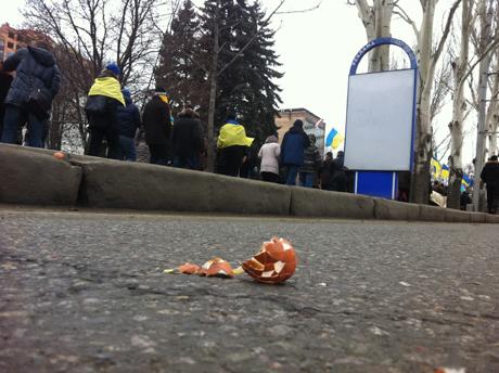 В Донецке марш в помощь ЕС закидали яйцами (ВИДЕО)