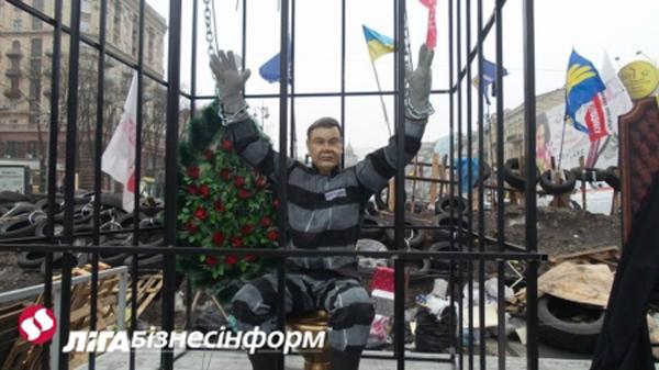 Куколку «Януковича» на Евромайдане посадили в клетку