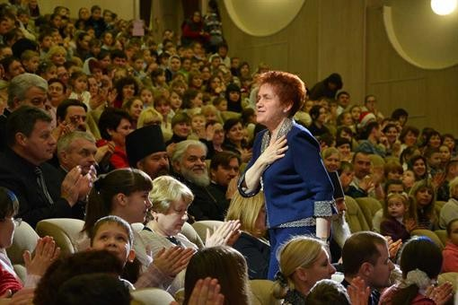 Елена Янукович посетила богомольных детишек в Донецке