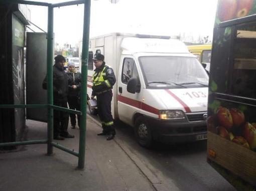 В Киеве из автобуса на ходу выпала старушка