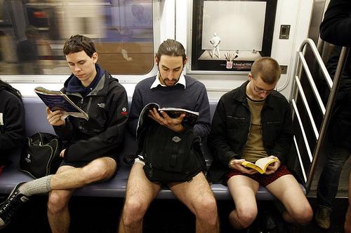 Флешмоб «В метро без штанов» будет проходить в Киеве 12 февраля. ФОТО