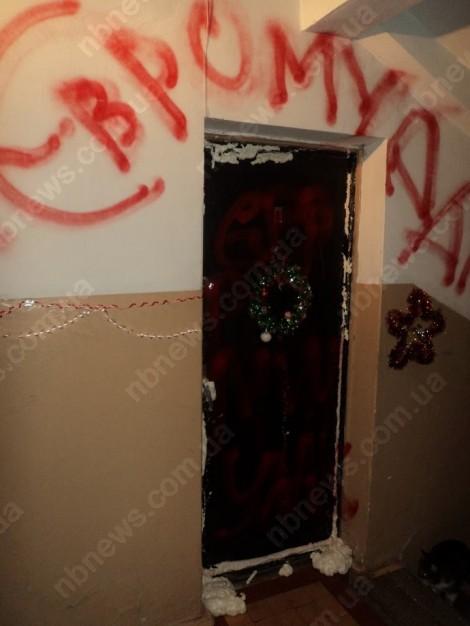 Евромайдановцу зарисовали краской окна и захлестнули смолой замки
