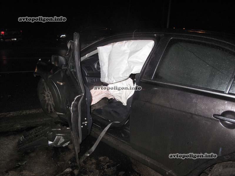 Под Киевом случилось фронтальное столкновение 2-ух авто (ФОТО)