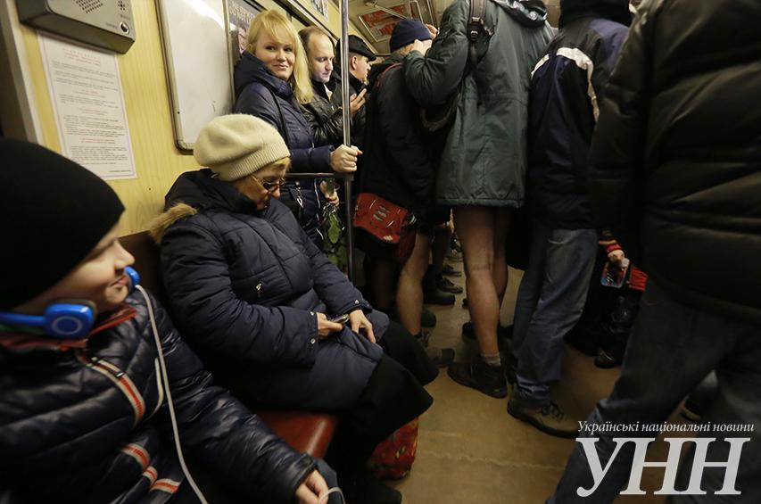 """Пассажиры без брюк """"штурмовали"""" киевское метро (ФОТО+ВИДЕО)"""