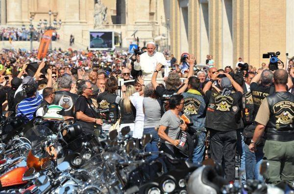 Отец Франциск поставил на аукцион байк Harley-Davidson