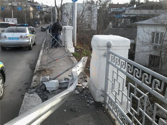 В Крыму грузовой автомобиль с беременной женщиной соскочил с моста. ВИДЕО