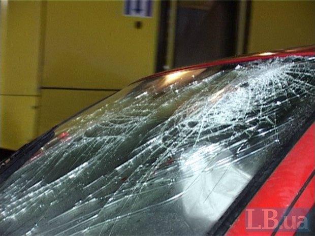 В Киеве автолюбитель «Шкоды» на полном ходу налетел в столб