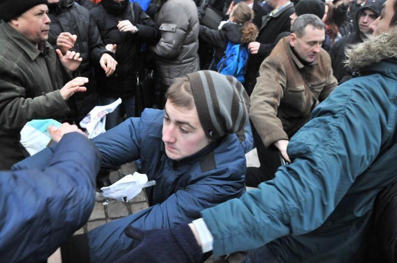 """Во Львове случилась потасовка из-за «Столба стыда"""" (ФОТО)"""