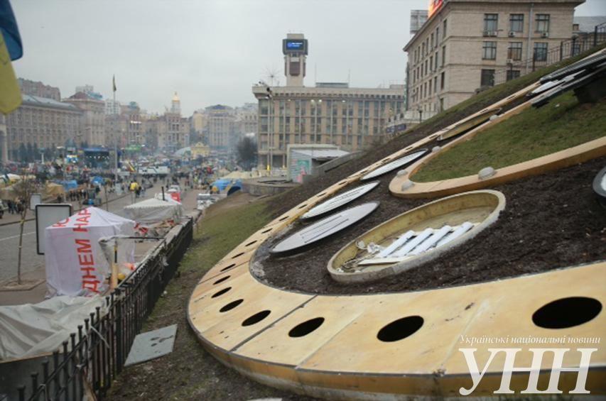Не известные разделили на Майдане цветочные часы