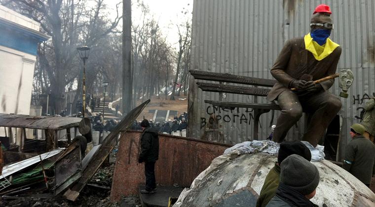 На монумент Лобановскому одели каску (ФОТО)
