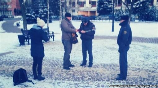 В Минске полиция переписывает вернувшихся к посольству Украины