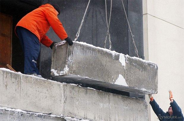 Одесская ОГА защищается от функционеров бетонированными блоками