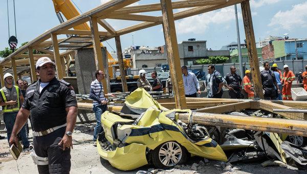 В Рио-де-Жанейро упал пешеходный мост с людьми (ФОТО)