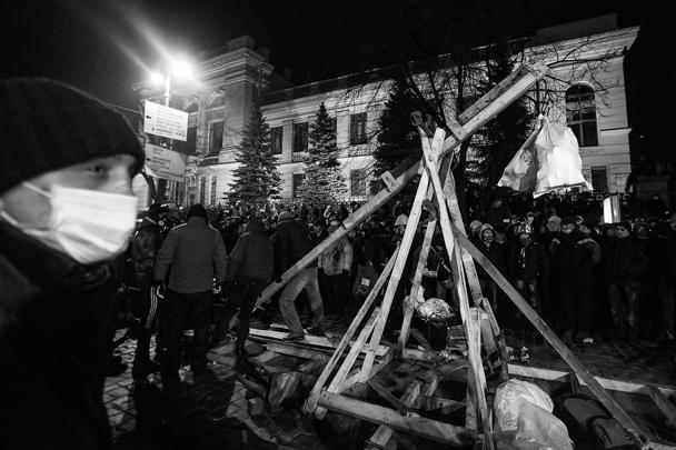 Протестующие в Киеве построили «картошкострел» (ВИДЕО)