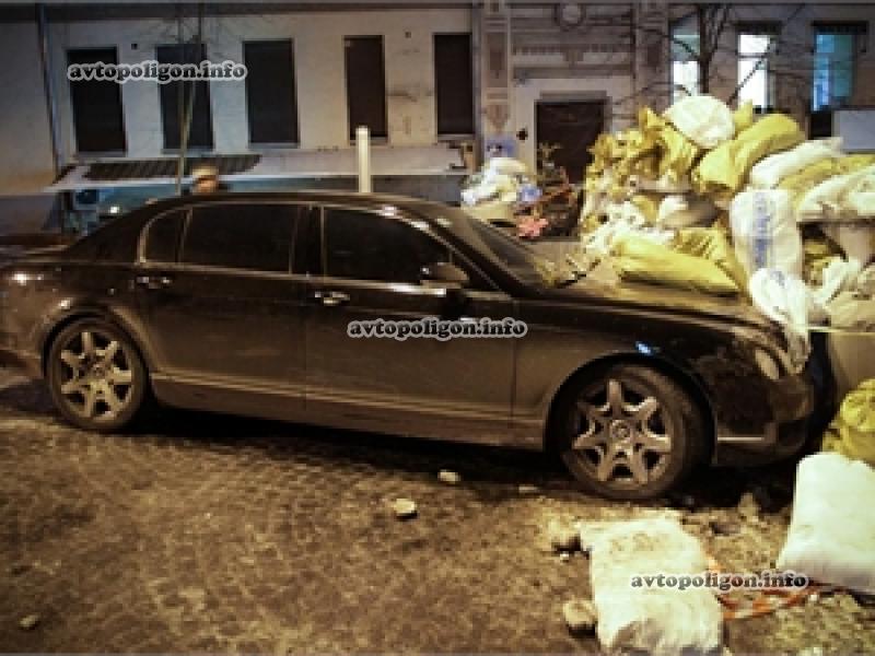 В баррикаду Майдана в Киеве залетел Бентли (ФОТО)