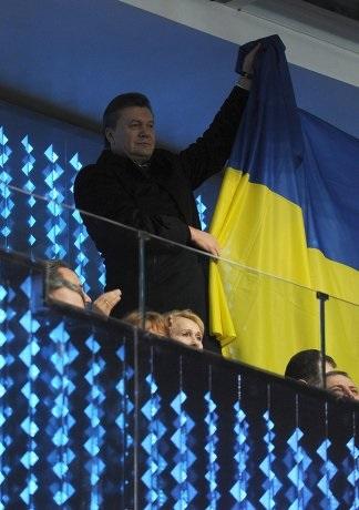 В Сочи Янукович вывесил украинский флаг (ФОТО, ВИДЕО)