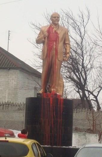 Памятник Ленину в Борисполе стал красным
