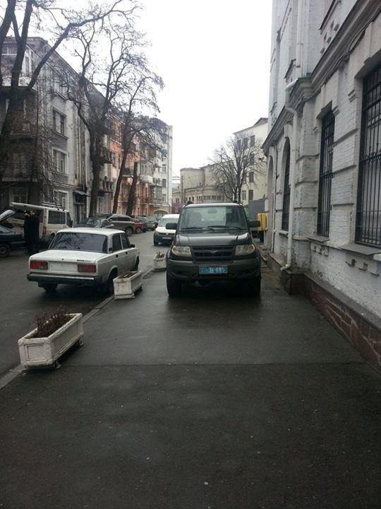 В Киеве милиция игнорирует правила парковки (ФОТО)