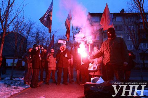 Под посольством США в Киеве сожгли портрет Нуланд (ФОТО)